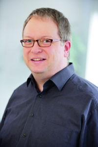 Dr. Benedikt Sommerhoff, Leiter DGQ Regional, betreut eine Masterarbeit zum Thema Industrie 4.0.