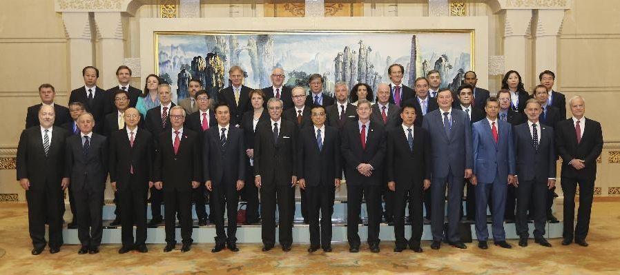 Gruppenbild der Teilnehmer an der China Quality Conference mit dem chinesischen Ministerpräsidenten Li Keqiang ( 1. Reihe Mitte) und DGQ-Präsident Dr. Jürgen Varwig (4.v.l.).