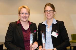 Dr. Nadine Schlüter (l.) und Miriam Jacobs teilen sich als Gewinnerinnen den Walter Masing-Preis 2014.