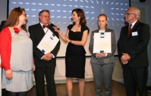 Imke Strauß und Dr. Thomas Artmann (v.l.) belegten mit beckhop.de den zweiten Platz bei den Kleinunternehmen hinter den Fleischereiprofis von Enders & Sigeti, hier mit Anja und Artur Sigeti.
