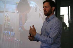 """2.Im """"LEAN LAB"""" entwickelte DGQ-Trainer Dr. Sebastian Schlörke mit den Teilnehmern Werkzeuge und Prinzipien zu nachhaltigen Umsetzungskonzepten weiter."""