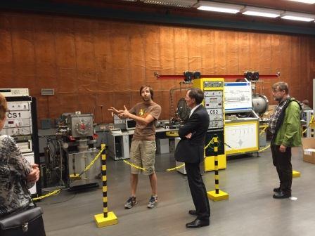 Vor der RK-Veranstaltung: DGQ-Vorstand Prof. Eike Böhm wird das Prinzip Cäsium-Strahl-Uhr (ugs. 'Atom-Uhr') vorgestellt