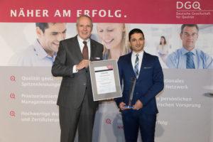 DGQ-Präsident Udo Hansen überreicht Dr.-Ing. Bashar Hassoun den Masing-Preis 2016. © Christian Lietzmann