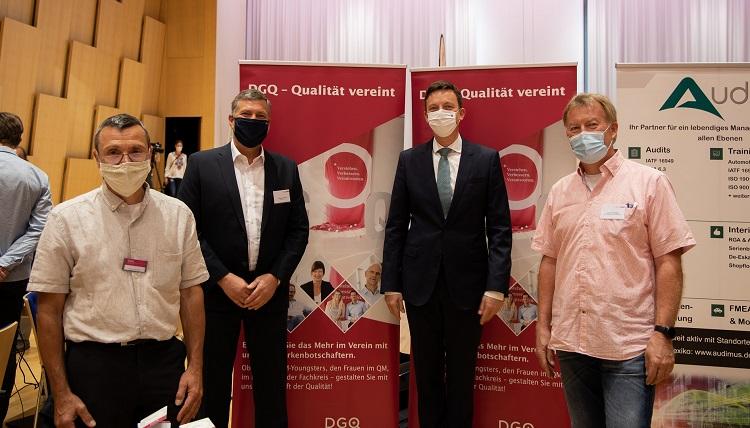 Foto von Tobias Hans während seines Besuchs am Informationsstand der DGQ.