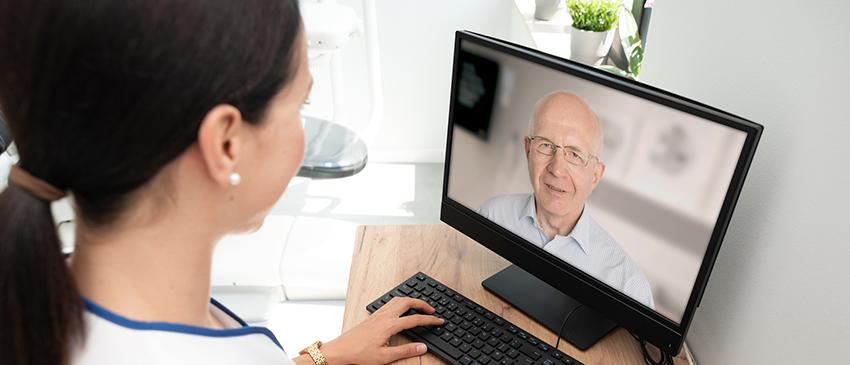 Pflegerin mit Computer